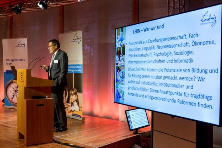 Prof. Dr. Dr. Friedrich W. Hesse bei der Eröffnung des  Bildungspolitischen Forums